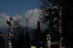 Totempålar på vakten royaltyfri bild