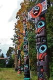 Totempåle nedgångfärg, höstsidor, stadslandskap i Stanley Paark, i stadens centrum Vancouver, British Columbia Arkivbild