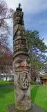 Totempåle som snidas från cederträ Fotografering för Bildbyråer