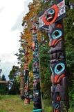 Totempfahl, Fall-Farbe, Herbstlaub, Stadt-Landschaft in Stanley Paark, im Stadtzentrum gelegenes Vancouver, Britisch-Columbia Stockfotografie