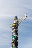 Totempfahl ist der Kulturerbe von ersten Nationsleuten Lizenzfreie Stockbilder