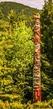 Totemskunst en gravures bij saxman dorp in ketchikan Alaska Stock Afbeeldingen