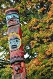 Totemu słup, spadku kolor, jesień liście, miasto krajobraz w Stanley Paark, W centrum Vancouver, kolumbiowie brytyjska Obrazy Stock