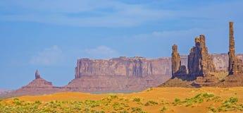 Totemu słupa Butte jest gigantycznym piaskowcowym formacją w Monum Zdjęcie Stock