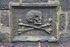 Totenkopf mit gekreuzter Knochen lizenzfreie stockfotografie