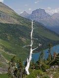 Toter Baum, See und Berge Stockbild