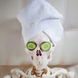 Toter Mann, zum sich von  um Schönheit zu kümmern Skelett im Badekurortsalon Lizenzfreie Stockfotos