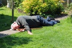 Toter oder unbewusster älterer Mann. Stockfotografie