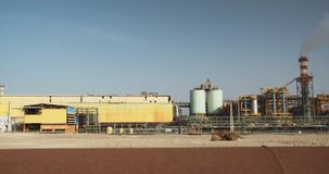 Totes Meer bearbeitet chemische Fabrik für Mineralien und Düngemittel, Totes Meer in Israel stock video footage
