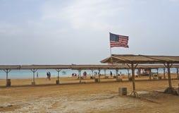 Totes Meer während des Winters mit wellenartig bewegender amerikanischer Flagge Stockfoto