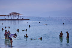 Totes meeres- 24 05 2017: Totes Meer, Israel, Touristenschwimmen im w Stockfoto