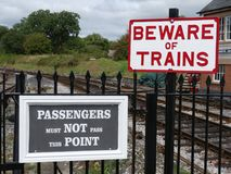 Totnes Devon, UK - Augusti 27 2018 - järnvägsstation för Totnes ångadrev som här stoppar för den lösa avellantgården akta sig dre arkivfoton