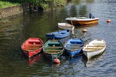 TOTNES, DEVOV/UK - 29 DE JULIO: Grupo de barcos de rowing por completo con rai foto de archivo libre de regalías