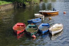 TOTNES, DEVOV/UK - 29. JULI: Gruppe Ruderboote voll mit rai Lizenzfreies Stockfoto