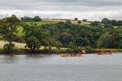 TOTNES, DEVOV/UK - 29. JULI: Piraten auf dem Fluss-Pfeil nahe Totn Lizenzfreie Stockfotos