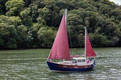TOTNES, DEVOV/UK - 29. JULI: Segeln herauf den Fluss-Pfeil nahe Totn Stockbild
