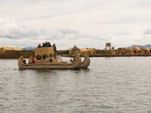 Totora小船的, Titicaca湖,秘鲁游人 免版税库存图片