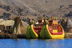 Totora cobre ilhas de flutuação Uros, lago Titicaca, Peru foto de stock royalty free