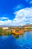 Totora łódź na Titicaca jeziorze blisko Puno Fotografia Stock