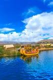 Totora fartyg på Titicaca sjön nära Puno Arkivbild