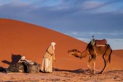Touareg-Mann mit Kamel Stockfotos