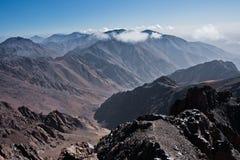 Toubkal ed altri picchi di più alta montagna di alte montagne di atlante nel parco nazionale di Toubkal, Marocco Immagini Stock Libere da Diritti