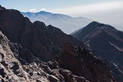 Toubkal ed altri picchi di più alta montagna di alte montagne di atlante nel parco nazionale di Toubkal, Marocco Fotografia Stock Libera da Diritti