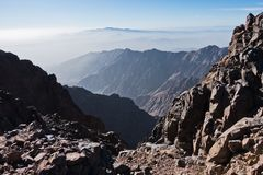Toubkal ed altri picchi di più alta montagna di alte montagne di atlante nel parco nazionale di Toubkal, Marocco Immagine Stock Libera da Diritti
