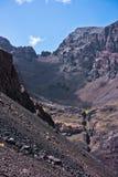 Toubkal ed altri picchi di più alta montagna di alte montagne di atlante nel parco nazionale di Toubkal, Marocco Fotografia Stock