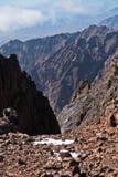 Toubkal ed altri picchi di più alta montagna di alte montagne di atlante nel parco nazionale di Toubkal, Marocco Fotografie Stock