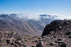 Toubkal ed altri picchi di più alta montagna di alte montagne di atlante nel parco nazionale di Toubkal, Marocco Fotografie Stock Libere da Diritti