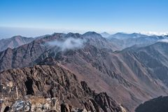 Toubkal en andere hoogste bergpieken van Hoge Atlasbergen in het nationale park van Toubkal, Marokko royalty-vrije stock foto