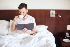 touch för stay för avläsning för bokkaffe dricka Royaltyfri Bild