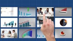 Touch screen che è usando per guardare e pubblicare i film di affari
