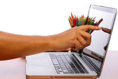 Touch screen del dito e della mano sul monitor un computer portatile su una tavola di legno Fotografia Stock Libera da Diritti