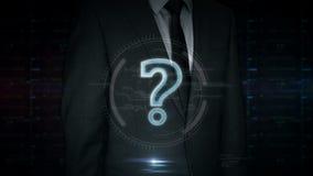 Touch screen dell'uomo d'affari con l'ologramma di simbolo del punto interrogativo video d archivio