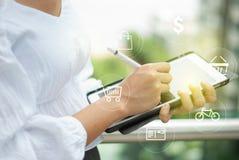 Touch screen della compressa di Digital che funziona online fotografia stock