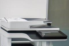 Touch screen della stampante di ufficio affinchè scopo multifunzionale stampino, esplorare, copiare ed inviare via fax invio immagine stock