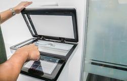 Touch screen di uso dell'uomo d'affari di multi funzione della stampante di ufficio Immagini Stock