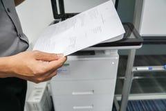 Touch screen di uso dell'uomo d'affari di multi funzione della stampante di ufficio Fotografia Stock Libera da Diritti