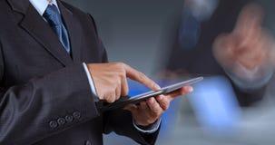 Touch screen funzionante del computer di successo dell'uomo d'affari fotografia stock