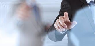 Touch screen funzionante del computer di successo dell'uomo d'affari immagine stock
