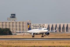 Touchdown de Lufthansa Airbus A320-200 dans la canalisation de Francfort Photographie stock
