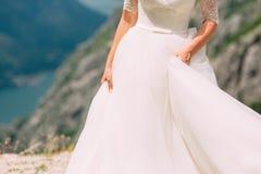 Touche la robe La jeune mariée ondulant sa robe Robe de flottement Image stock