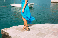 Touche la robe La jeune mariée ondulant sa robe Robe de flottement Photos stock