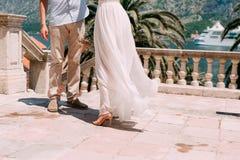 Touche la robe La jeune mariée ondulant sa robe Robe de flottement Photographie stock