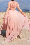 Touche la robe La jeune mariée ondulant sa robe Robe de flottement Photos libres de droits