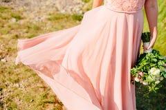 Touche la robe La jeune mariée ondulant sa robe Robe de flottement Photo stock