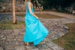 Touche la robe La jeune mariée ondulant sa robe Robe de flottement Image libre de droits