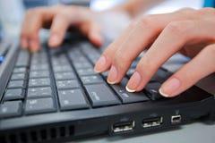 Touche MAJ. de main et d'ordinateur Photos libres de droits